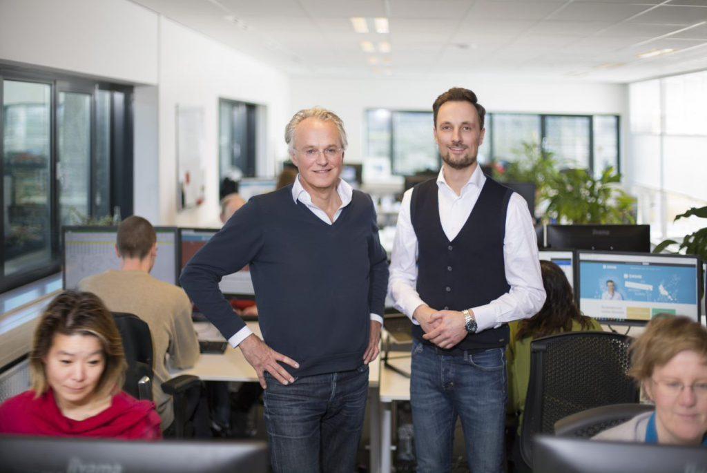 Paul en Niels poseren in de kantoortuin van Swink
