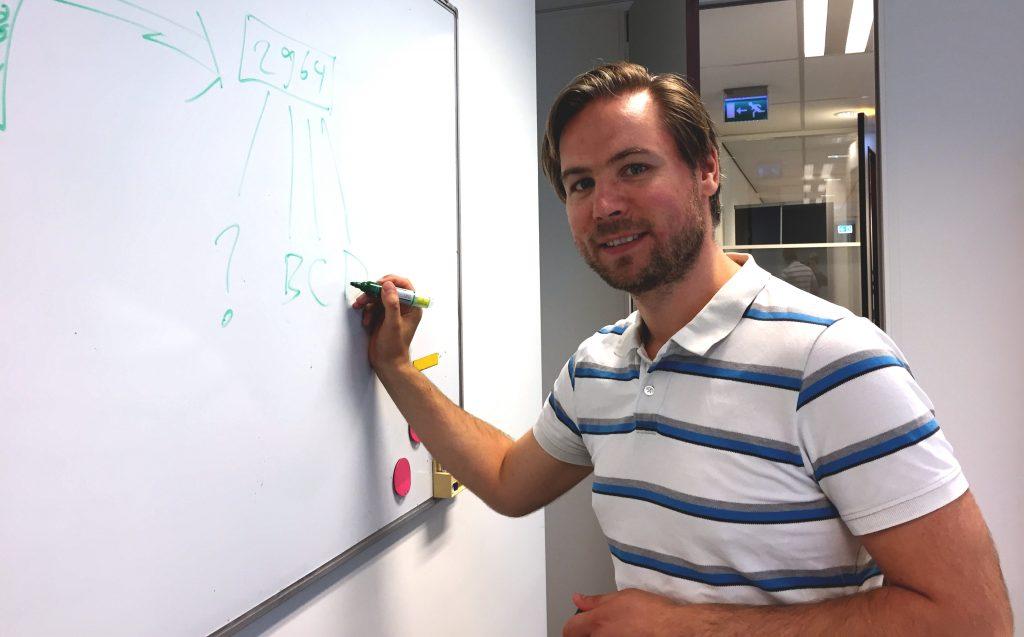 Swink data analist Niels Dekker legt dashboarding uit