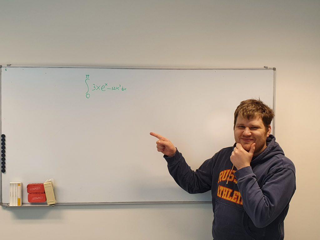 Contentspecialist Bob voor een whiteboard met een wiskundige formule