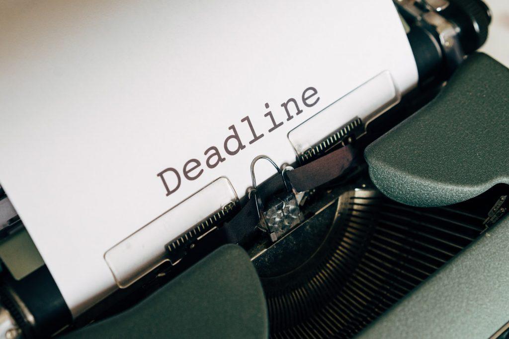 Typemachine met vel papier met daarop het woord 'deadline'